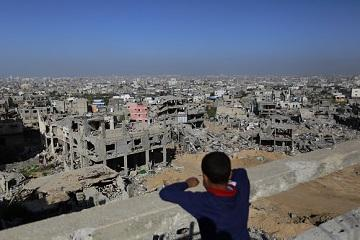 212094_A_Palestinian_youth_looks_at_rubble_of_houses_which_were_damaged_during_the_50-day_Gaza_war_0