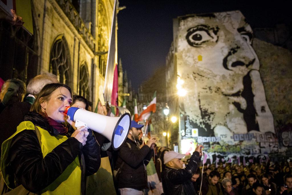 SOLIDARITÉ AVEC LES VICTIMES À ALEP - Manifestation pour le soutien des civils organisée par le CCFD, Terre Solidaire, la FIDH et Amnesty International, le 14 décembre 2016, Place Stravinsky, Paris -  A l'heure où les forces gouvernementales syriennes sont en train de prendre le contrôle de la quasi-totalité de l'Est de la ville d'Alep, des dizaines de milliers de civils doivent être protégés de toute urgence.