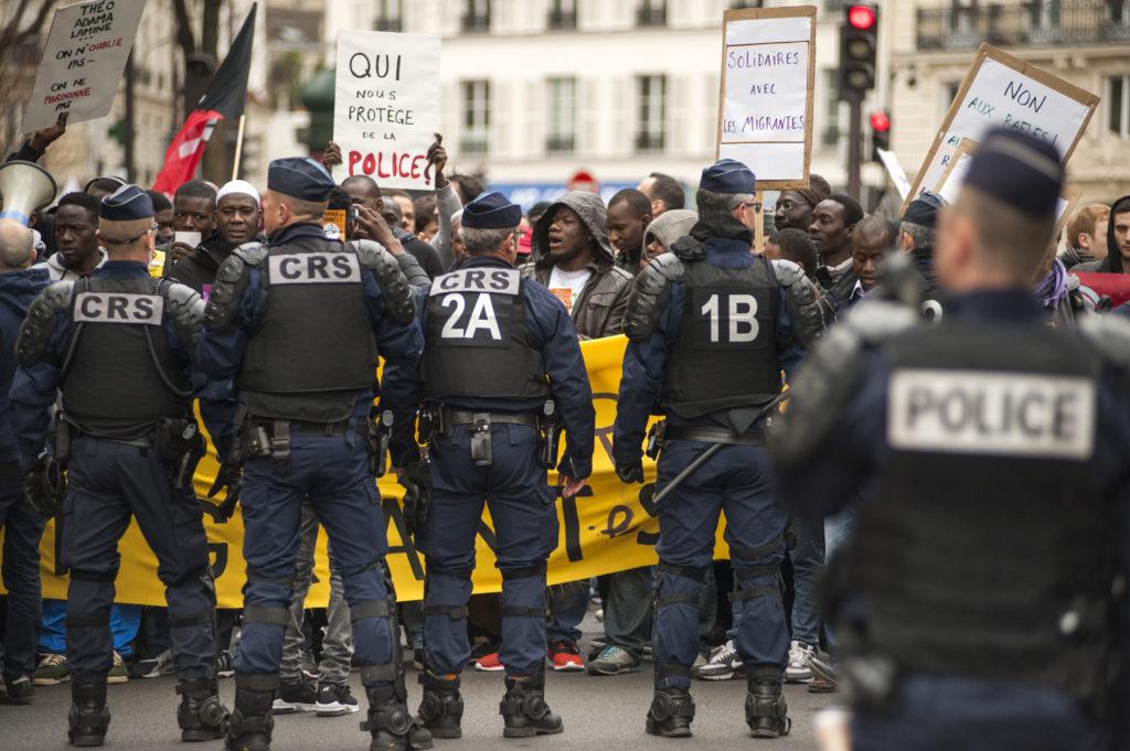 Manifestation pour la dignité et la justice, dimanche 19 mars 2017 à Paris entre Nation et Réublique. Un cortège d'une centaine de personnes arrivant de Montreuil refuse de se faire fouiller et palper. La police bloque le passage.