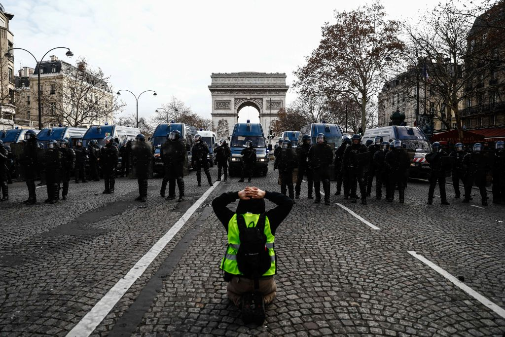 France: Police must end use of excessive force against protesters and high school children