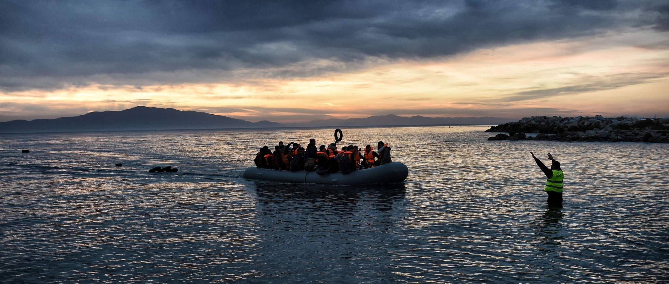 "Greece: ""Floating wall"" to stop refugees puts lives at risk"