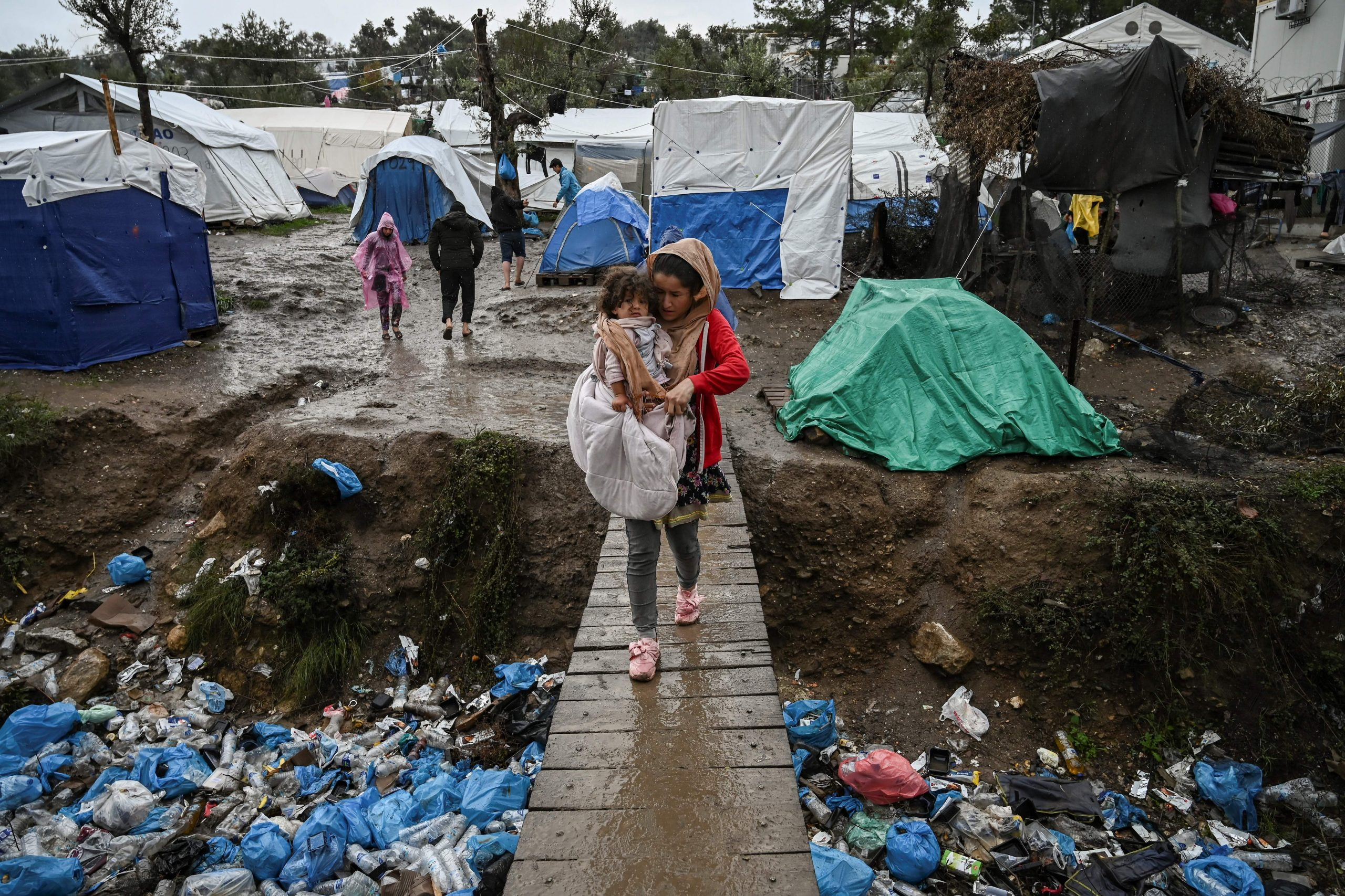 Greece: with camps on fire, transfer of vulnerable asylum-seekers to mainland must urgently resume